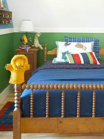 camera mica si cu forma atipica transformata in camera pentru baiat