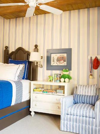 camera de baiat decorata cu dungi
