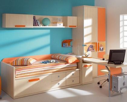 dormitor cu portocaliu amenajat pentru baietel
